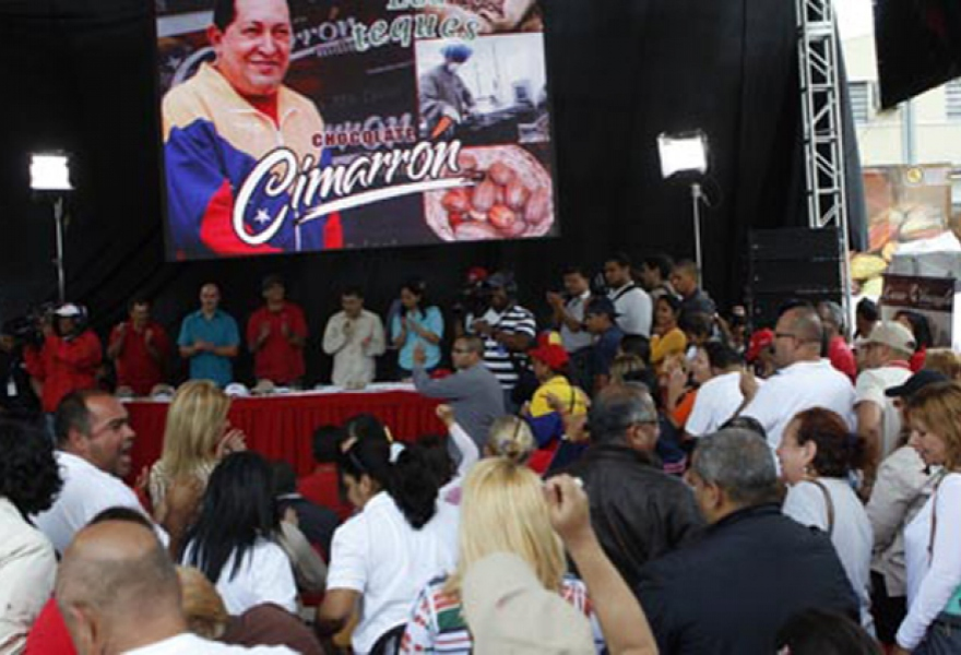 Foreign minister Elias Jaua at a meeting in Miranda yesterday, handing out credits to cocoa producers, among others (PSUV Miranda)