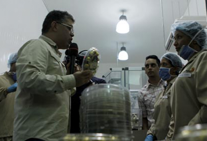 Jaua at the inauguration of the plant, talking to workers, and holding one of the final products (PSUV Miranda)