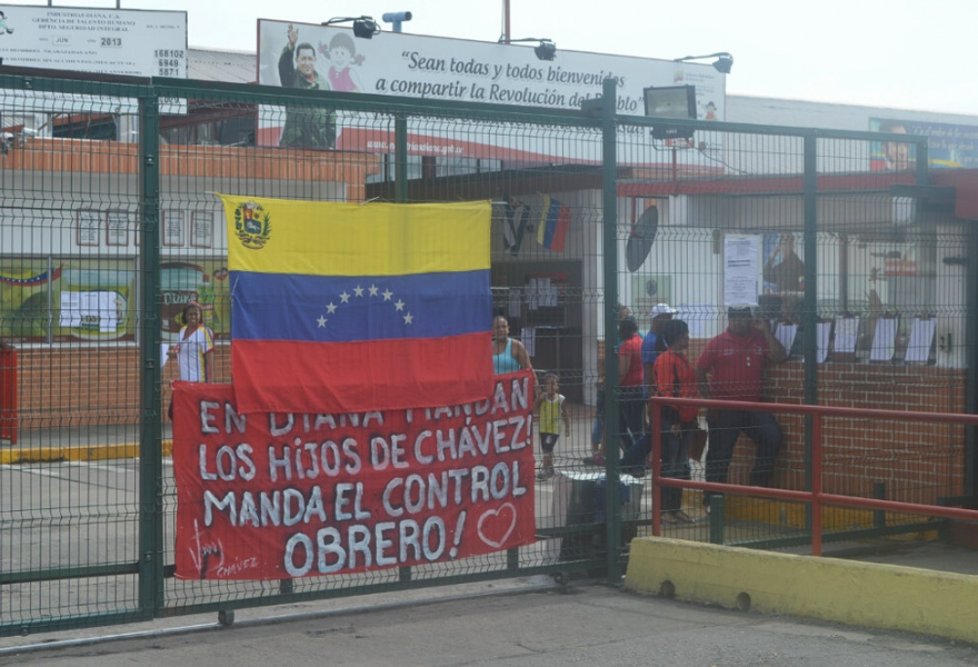 "The Industias Diana plant in Valencia, with a banner that reads ""Worker control is in charge"" (Jenmar Rojas / Noticias24 Carabobo)"