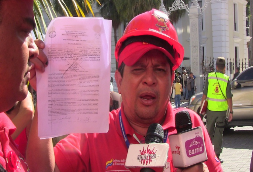 Diana worker talking to Aporrea outside the national assembly yesterday (Aporrea Tvi)
