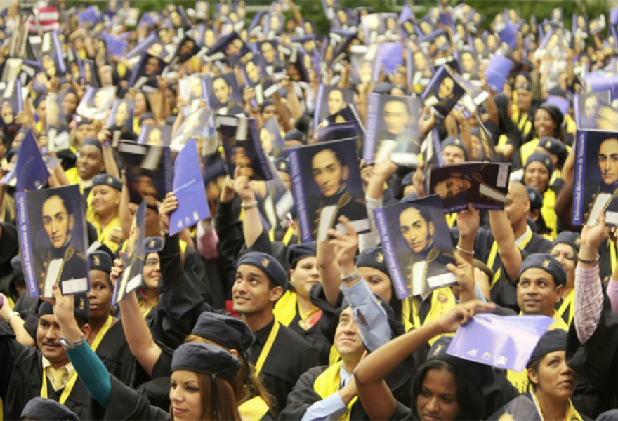 Graduating community doctors from the Bolivarian University of Venezuela, February 2012 (prensa presidencial)