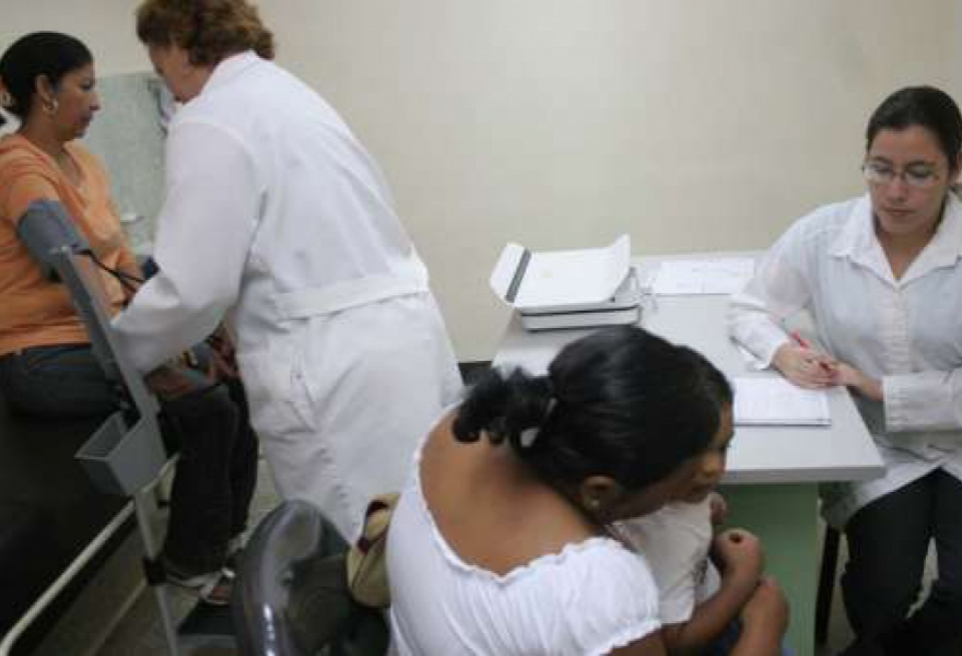 Medical check-ups in a Barrio Adentro community clinic (AVN)
