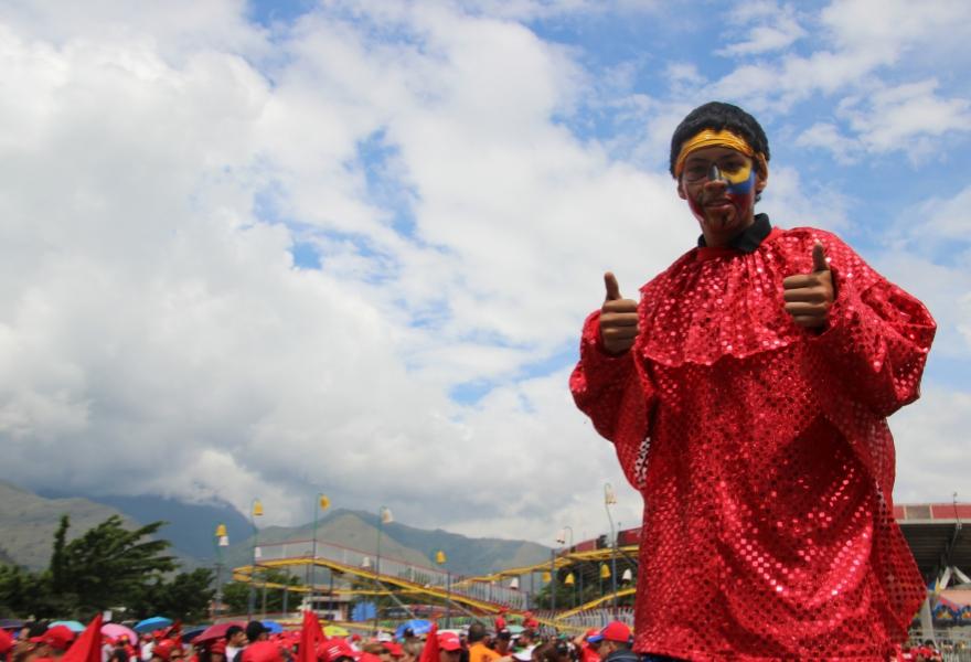 Stilt walker at the rally (Ryan Mallett-Outtrim/Venezuelanalysis)