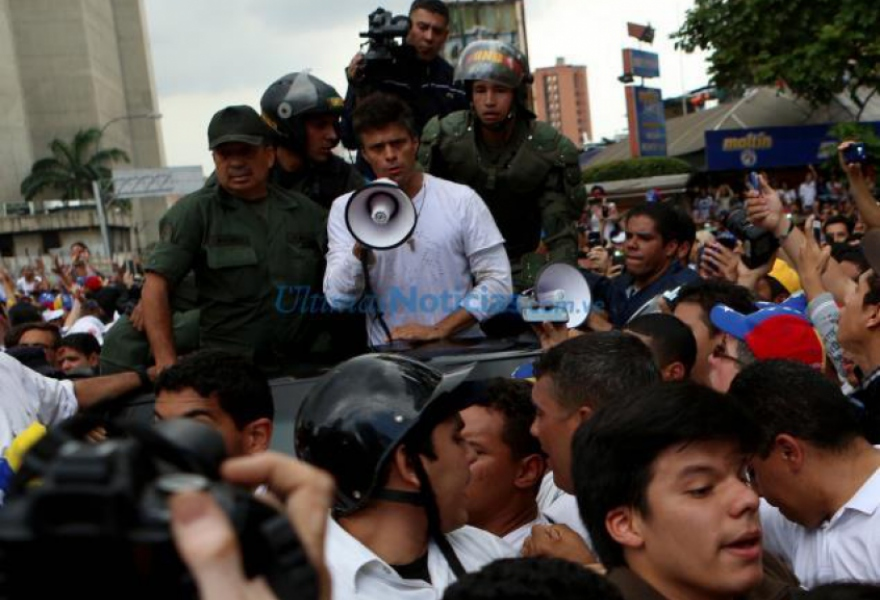 Lopez addressing the crowd after he handed himself over to the National Guard (UN)