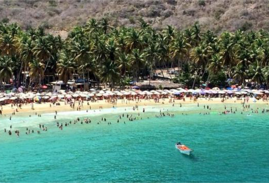 "One of the images of Venezuela's beaches this Saturday, shown by tourism minister Andres Izarra to argue that ""With this mobilisation [of tourists] that there has been this Carnival, it's being demonstrated to the country that the violent ones are a minority"" (@IzarraDeVerdad)"