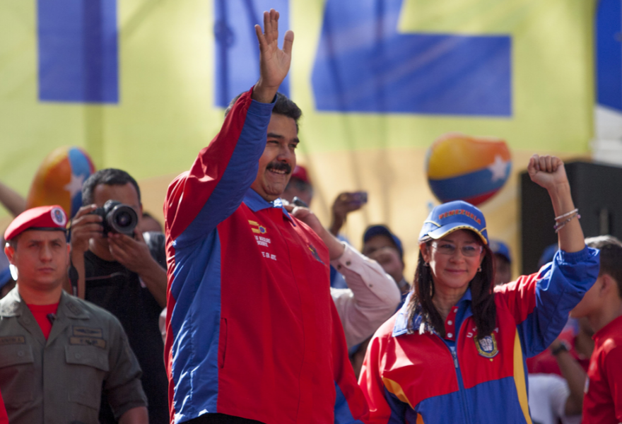 Nicolas Maduro spoke to pro-government students on Saturday, and called for dialogue with the opposition (EFE)