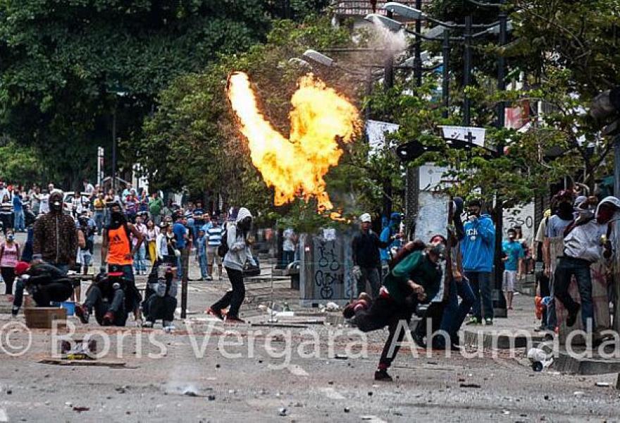 Militants throw molotov cocktails at police (Boris Vergara)