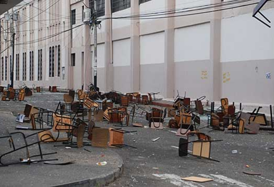 Desks destroyed by opposition activists opposed to the return of classes (courtesy)