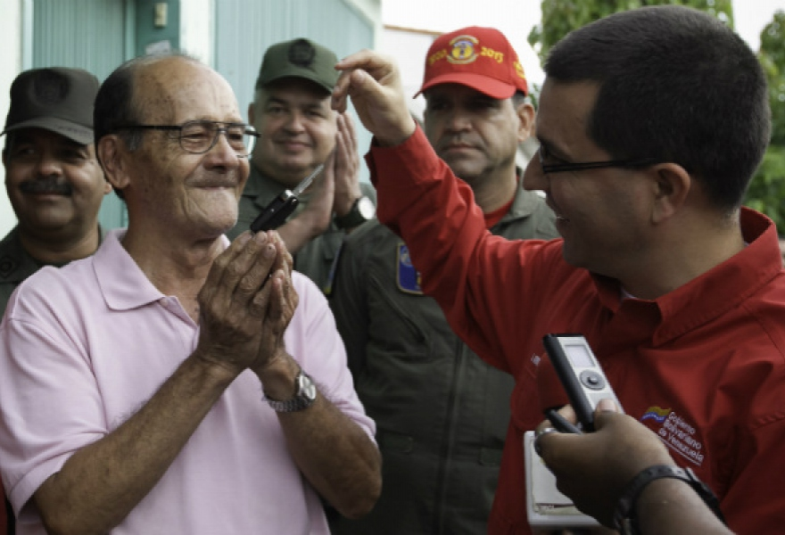 Vicepresident Jorge Arreaza gives keys of new vehicle to Carlos Pardo, 77, victim of militant attack. (F/AVN)