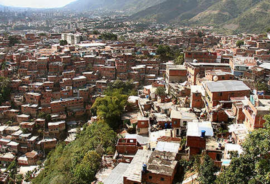 The barrio of Petare, Caracas. The Venezuelan government has announced an investment of 7.3 billion bolivars ($US 1.2 billion) in programs to renovate and beautify the country's poorer urban and rural communities (archive)