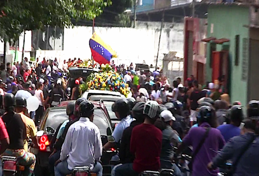 Collectives accompany the caskets of the Quinta Crespo victims through the streets of Caracas on Oct 10th. (aporrea tvi)