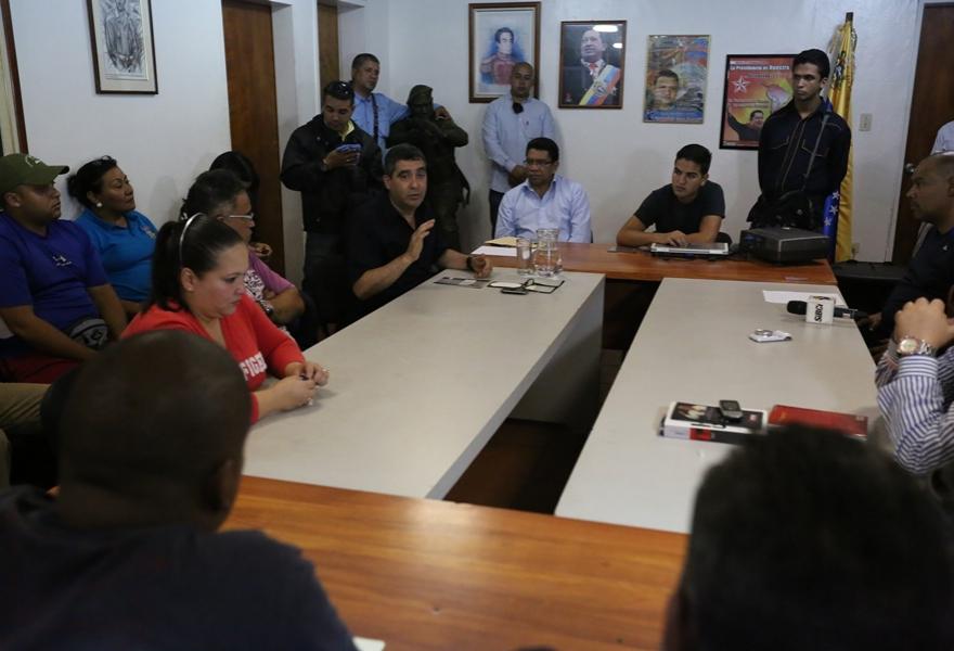 Rodriguez Torres talks to collectives in 23 de Enero. (Prensa Mpprijp)