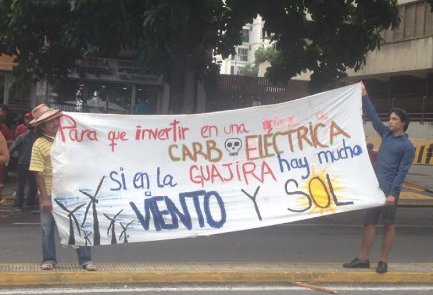 Banner reads: Why invest in a coal-powered electric plant if in Guajira there is plenty of wind and sun? (Photo: Lucas Koerner)