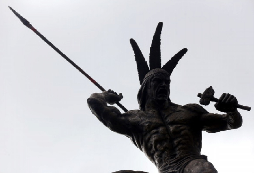 The new statue was installed in Plaza Venezuela in the early hours of Monday morning (Correo del Orinoco)