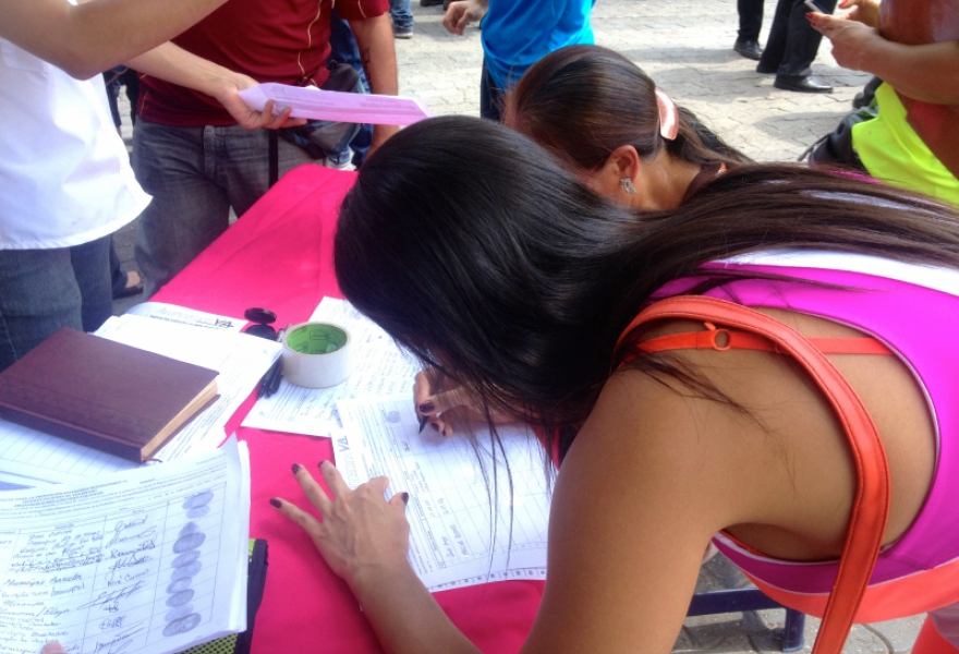 This table reported to have collected 500 signatures in the first four hours (Rachael Boothroyd Rojas/Venezuelanalysis)