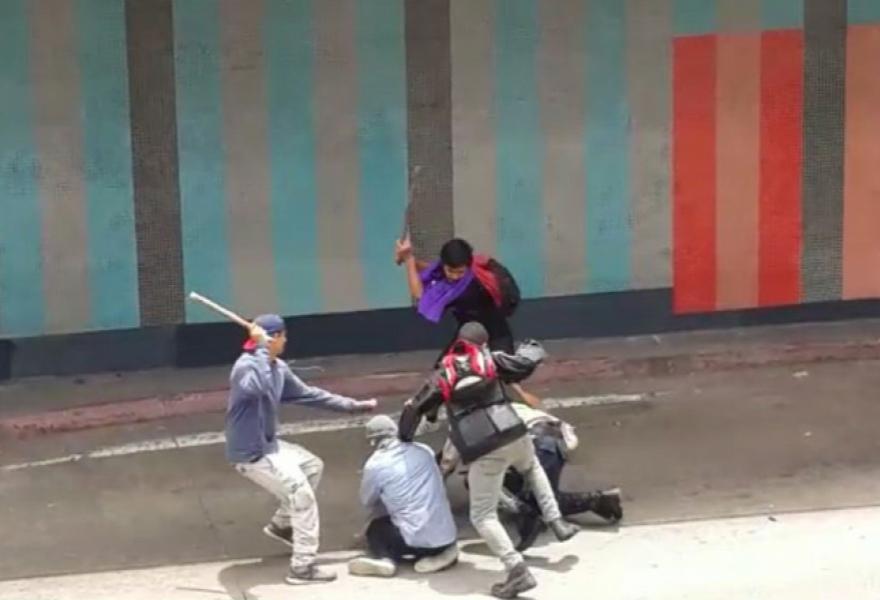 Demonstrators attack police near Avenida Libertador. (teleSUR)
