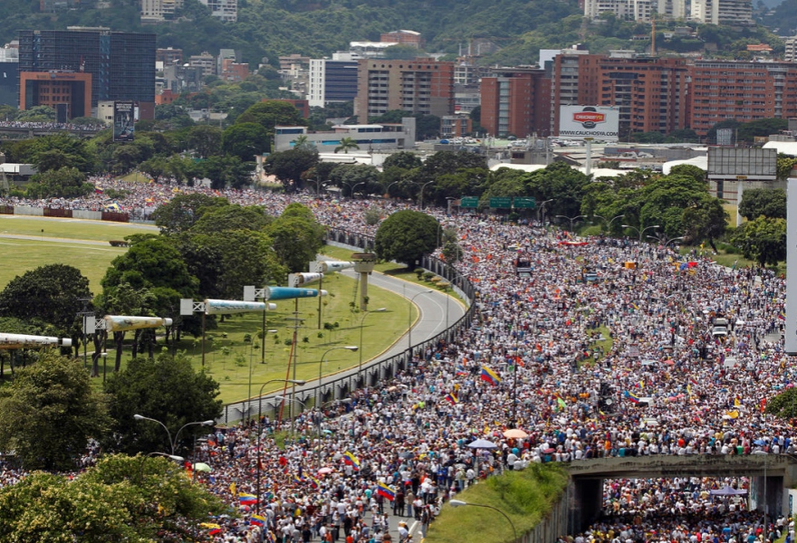Thousands of opposition supporters march on the outskirts of Caracas. (Cordon Press)