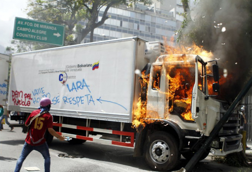 Protesters torch a food truck in Caracas on June 22. (Pedro Mattey/AVN)
