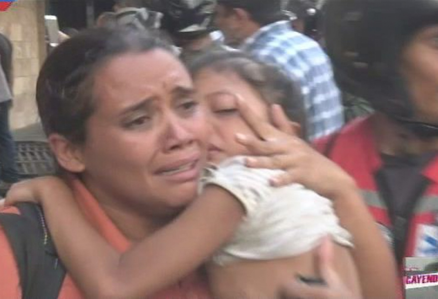 973 people, including 45 children, were evacuated from the Venezuelan Housing Ministry when it came under attack by opposition militants. (Ministerio de Vivienda)